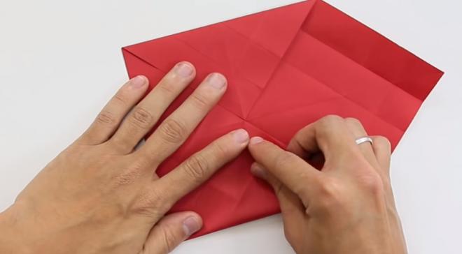 Gấp bốn đỉnh vào chính giữa và xuất hiện hình vuông nhỏ mới