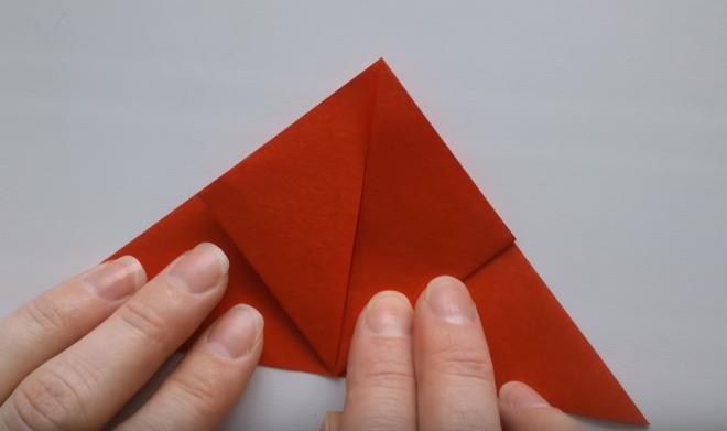 Lần lượt gấp cạnh bên trái của hình tam giác lên sao cho cạnh dưới trùng với đỉnh
