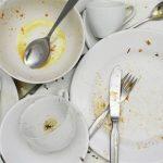 Mẹo nhỏ đánh bay vết dầu mỡ trên bát đĩa.