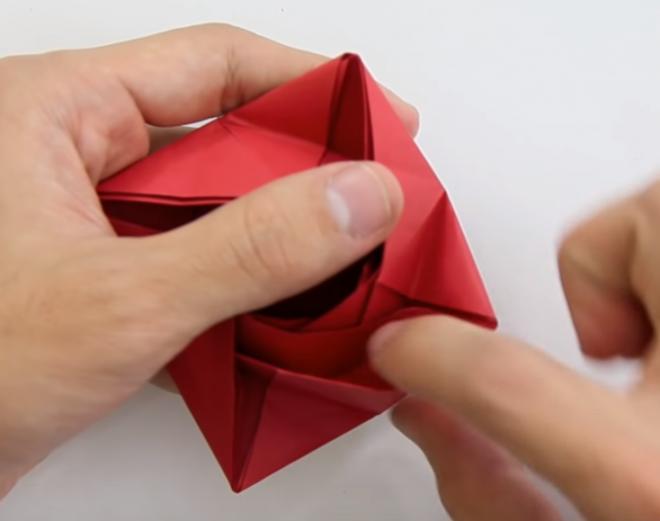 Mở các hình vuông sát bên ngoài tạo thành cánh hoa