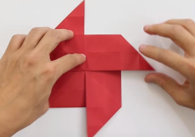 một hình vuông và bốn cánh