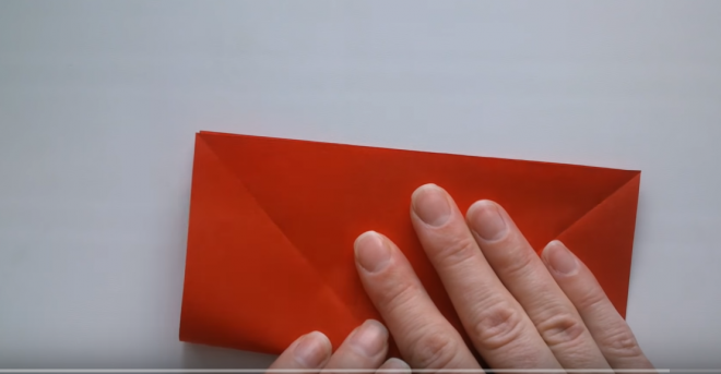 Tạo nếp gấp bằng cách gấp tờ giấy thành hình chữ nhật