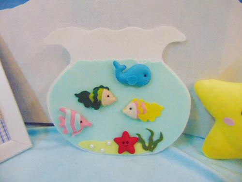 Như vậy là mẹ đã hoàn thành chú cá vải nỉ rồi. Với sự thay đổi trong màu vải nỉ, các mẹ đã tạo ra nhiều chú cá handmade dành tặng cho bé gái yêu nhà mình.