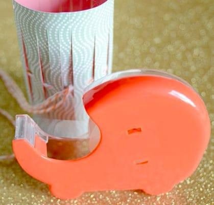 Bước 3: Các mẹ gút chỉ 2 đầu lại buộc gút và dùng băng kéo dán 2 đầu giấy.