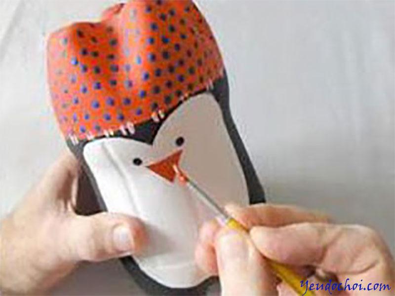 Bước 5: Mẹ dùng màu đỏ tô kín đỉnh đầu, rồi dùng cọ nhỏ trang trí thêm cho đỉnh đầu, cuối cùng là vẽ mắt, mũi, miệng cho chú chim.