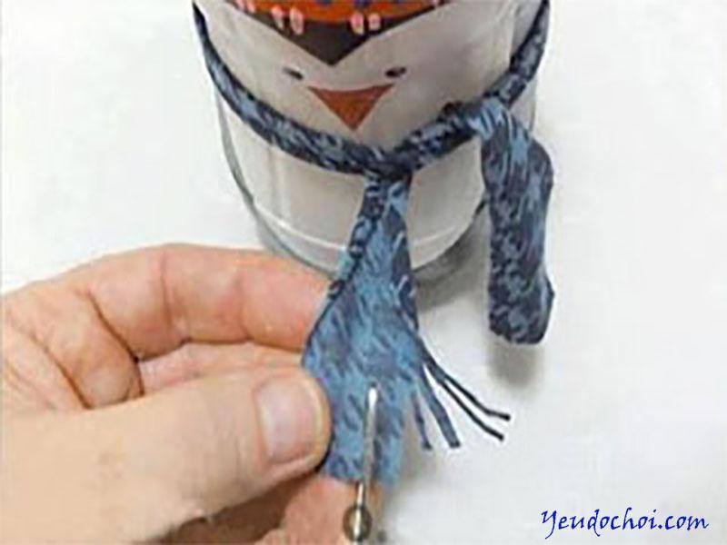 Bước 6: Mẹ dùng vải vụn làm khăn quàng để chú chim thêm sinh động.