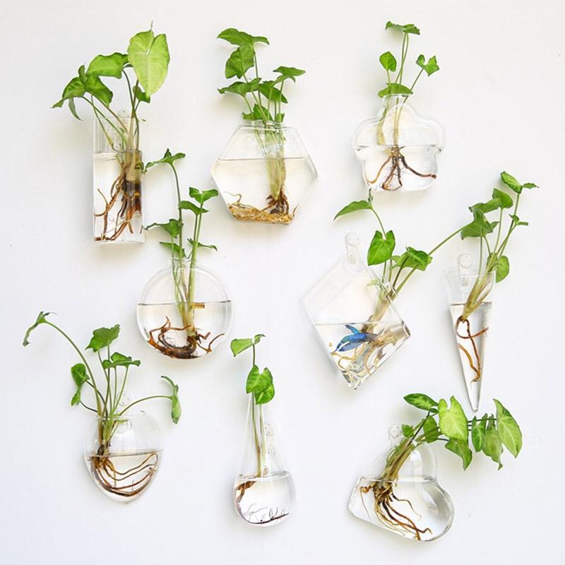 Ý tưởng trồng cây trong lọ thủy tinh không quá xa lạ mà còn mang thiên nhiên vào không gian. Vừa khoe được tài khéo tay của gia chủ vừa mang đến sự tươi mắt cho căn phòng