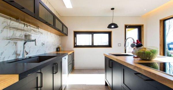 Nếu phòng bếp của bạn thuần trắng, đừng quên xen kẽ và trang trí thêm nội thất gỗ: hiệu quả rất bắt mắt