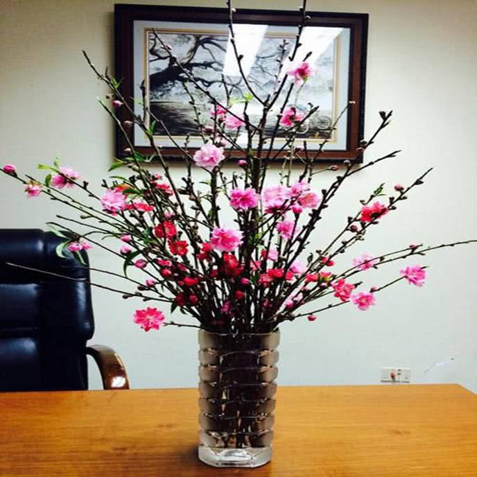 Một lọ hoa trong nhà vừa mang đến sức sống mới vừa làm sáng bừng cả không gian. Bạn có thể chọn những loại hoa khác nhau nhiều màu sắc trong một lọ hoa để tạo nên sắc màu ấn tượng