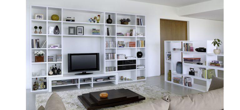 Kết hợp giữa giá sách và kệ trang trí tăng thêm không gian cho ngôi nhà và làm sáng bừng cả phòng khách. Một điểm nhấn sang trọng và bắt mắt