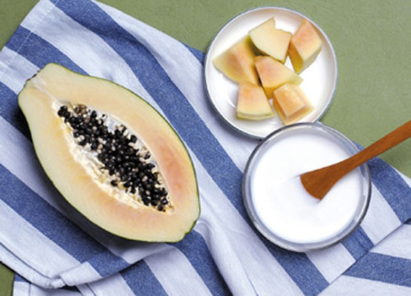 Món Đu đủ + sữa giúp tăng kích cỡ vòng 1. Trộn (xay) đu đủ với sữa ( có thể thêm đường hoặc mật ong) ăn sẽ giúp nâng cao vòng ngực.