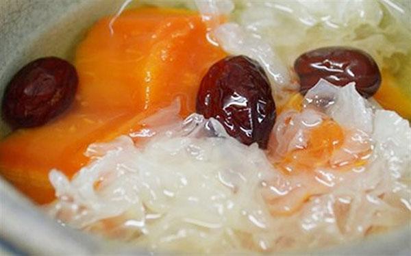 Đu đủ là thực phẩm giàu Vitamin A. Táo tàu tăng cường tuần hoàn máu.Khi kết hợp táo tàu với hạt sen sẽ tạo ra món ăn rất giàu dưỡng chất cho cơ thể.