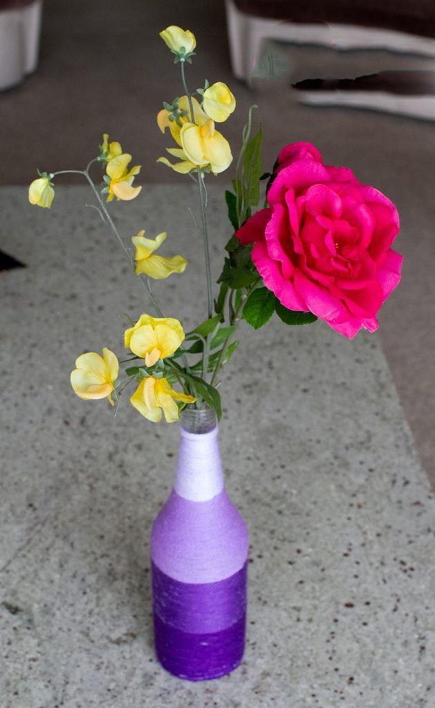 Lọ hoa theo phong cách Ombre bằng cách cuốn dây xung quanh phần thân lọ. Bạn có thể kết hợp nhiều màu sắc dây cuốn khác nhau để tăng thêm phần độc đáo