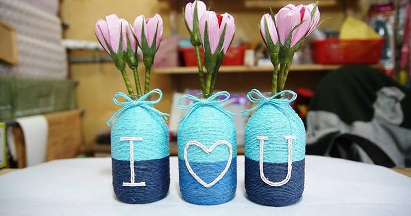 Sáng tạo bằng những cuộn dây nhiều màu và trang trí thêm phần chữ để tăng tính thú vị cho lọ hoa