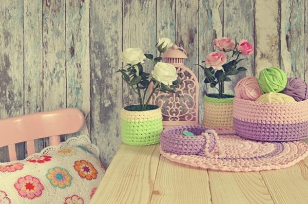"""Chất liệu len luôn đem lại cảm giác ấm cúng và yêu thương. Bạn hãy thử tự tay đan cho những chiếc bình hoa của mình những chiếc """"áo len"""" nhiều màu sắc. Đó chắc chắn sẽ là một ý tưởng trang trí nội thất tuyệt vời đấy."""