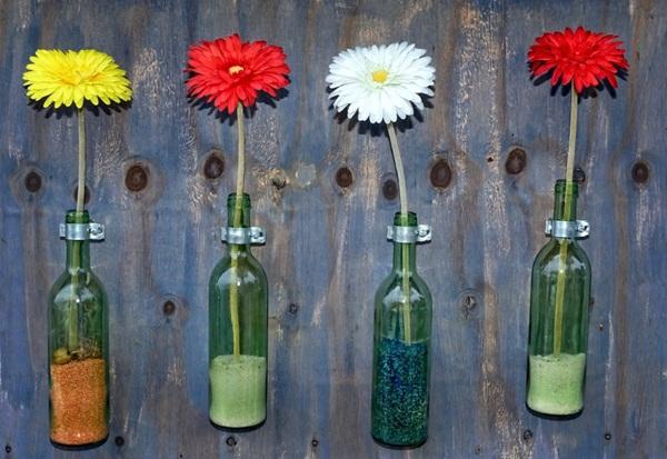 Những chai rỗng thủy tinh cũng trở thành những lọ hoa đáng yêu