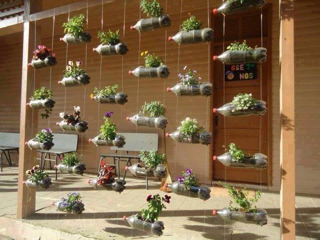 Những chậu cây được treo thẳng hàng từ chai nhựa này là một ý tưởng siêu dễ thương để trang trí cho ngôi nhà của bạn