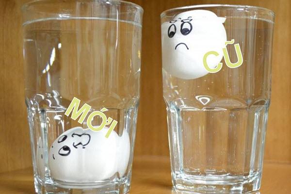 Những quả chìm xuống đáy chính là những quả trứng còn mới. Ngược lại, nếu nổi lên trên thì tức là quả trứng này đã cũ, cần phải ăn trước.
