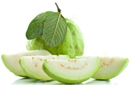 Với mẹo gọt hoa quả đơn giản này bạn không hề chạm tay vào thịt quả ổi, rất an toàn và vệ sinh nhé.