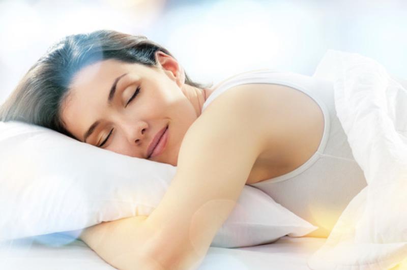 Một tâm trạng thoải mái, phơi phới sẽ tỏa ra sự rạng rỡ trên gương mặt, làm cho làn da sáng mịn và tươi mới hơn.