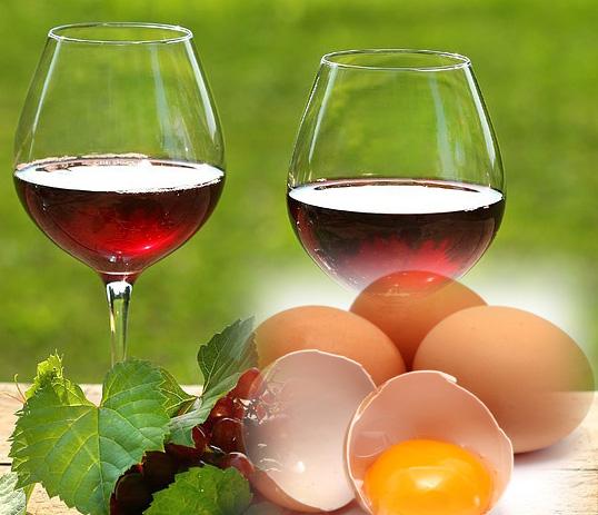 Trong rượu vang có một số thành phần có khả năng cải thiện tuần hoàn máu ở da đầu, kích thích chân tóc mọc nhanh và nhiều hơn. Trong khi đó, trứng sẽ nuôi dưỡng từng sợi tóc nhờ protein và chất béo, giúp tóc suôn mềm và sáng bóng