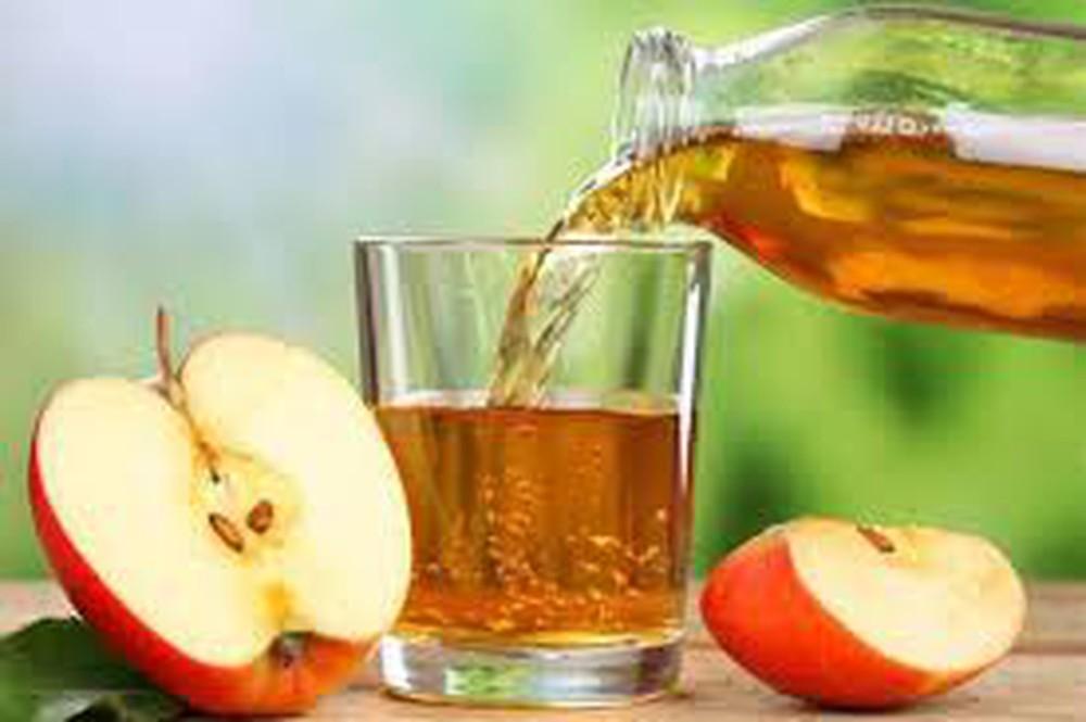 Táo là một trong những thực phẩm giàu các chất dinh dưỡng, vitamin và protein, chứa nhiều chất xơ, tác dụng tăng cường miễn dịch, tăng sức đề kháng cũng như chống lão hóa, bảo vệ sức khỏe tim mạch, ngăn ngừa bệnh Alzheimer và ung thư, giảm nguy cơ mắc bệnh tiểu đường, làm giảm cholesterol xấu và cải thiện hệ thống miễn dịch...