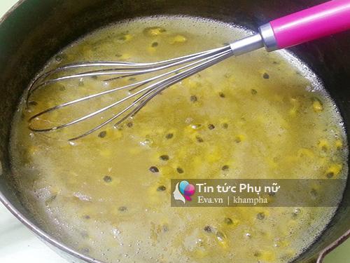 Bật bếp lửa nhỏ, đun đến khi hỗn hợp nóng lên thì đổ nước cốt chanh dây vào và đun tiếp đến khi nước sệt lại và trong mịn hơn là được.