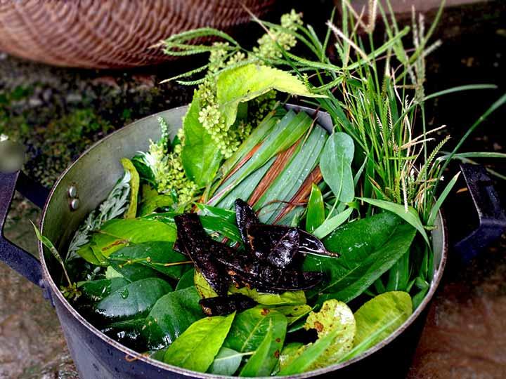 Nồi nước xông gồm lá chanh và các nguyên liệu khác giúp chữa cảm cúm tốt