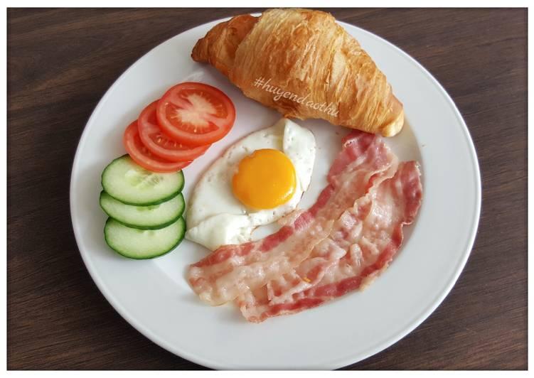 Bắt đầu ngày mới với thịt hun khói, trứng và cà chua