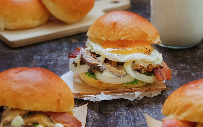 Bữa tối với hamburger cùng thịt xông khói, trứng và phomat