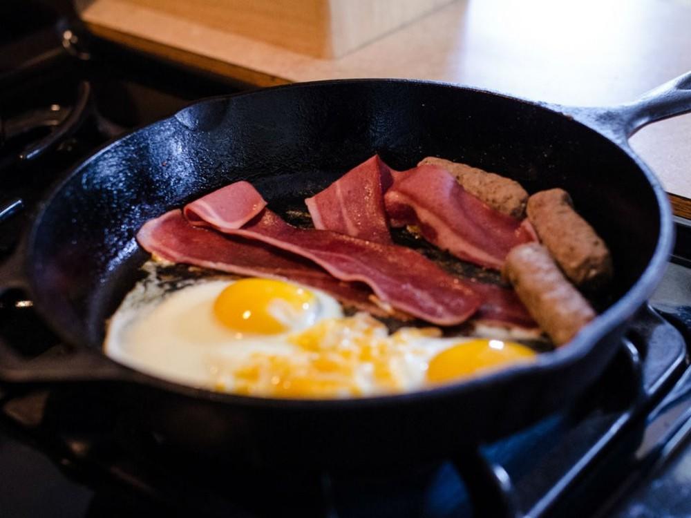 Bữa sáng với trứng chiên giăm bông, phomat ăn kèm rau