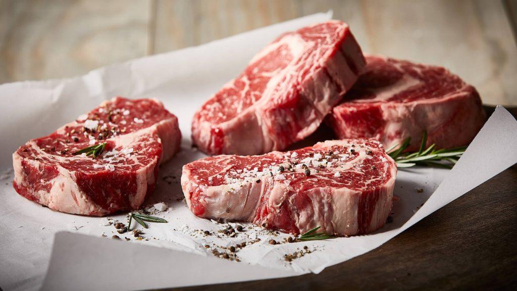 Keto ưu tiên các loại thịt đỏ, bít tết, thịt gà (tây), thịt xông khói, trứng.