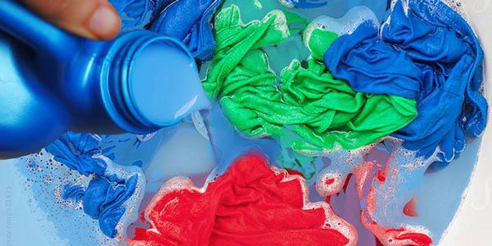 Đổ trực tiếp nước xả vải lên quần áo khiến quần áo dễ loang màu, chỗ nhiều chỗ ít.