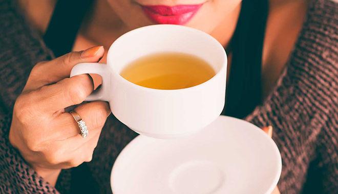 Uống trà cũng là giải pháp hạn chế việc vi khuẩn thải axit gây hại cho răng.