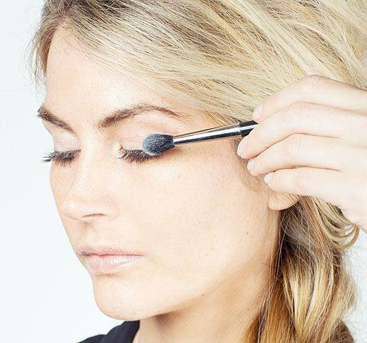 5. Mẹo hay khi sử dụng thừa mascara: Chị em nên sử dụng phấn phủ dạng bột hút phần dư của mascara. Phấn phủ dạng bột sẽ lấy đi những phần dư của mascara mà bạn vô tình để lại. Nó sẽ giúp phần mi của bạn nhẹ và tự nhiên hơn.