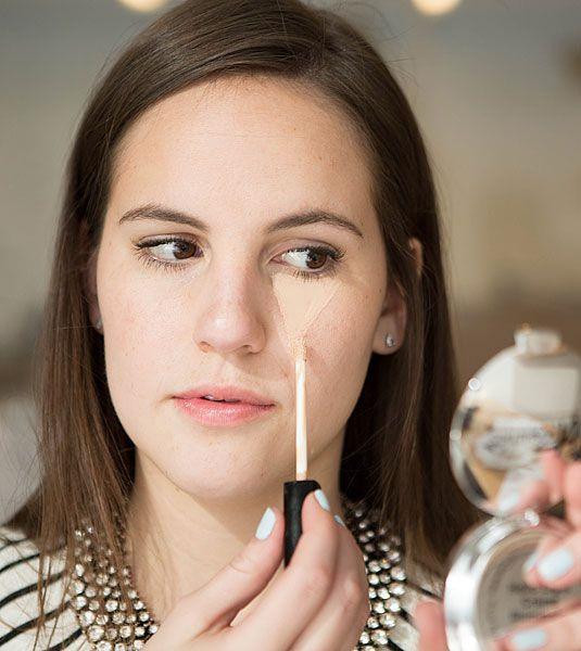 10. Mẹo che quầng thâm và hightlight bằng công thức tam giác ngược: Để che quầng thâm mắt và hight light hiệu quả, bạn hãy dùng che khuyết điểm vẽ hình tam giác ngược dưới mắt, sau đó dùng mút tán thật đều. Đây là công thức nằm lòng của các beauty blogger trên thế giới.