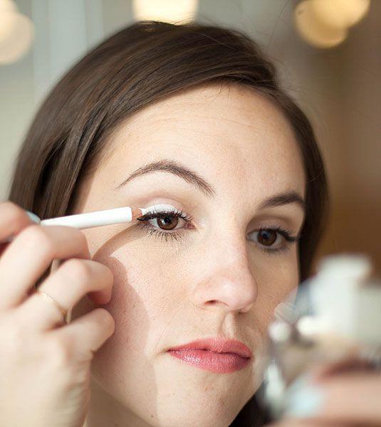 1. Mẹo làm lớp lót cho mắt: Chị em có thể dùng chì kẻ màu trắng làm lớp lót trước khi đánh phấn mắt. Cách làm này giúp lớp phấn mắt của bạn không quá bóng và bị cakey