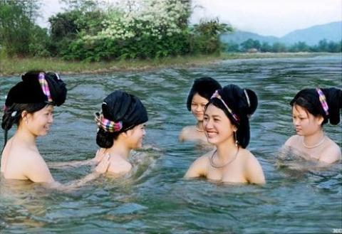 nhìn trộm nàng tắm suối