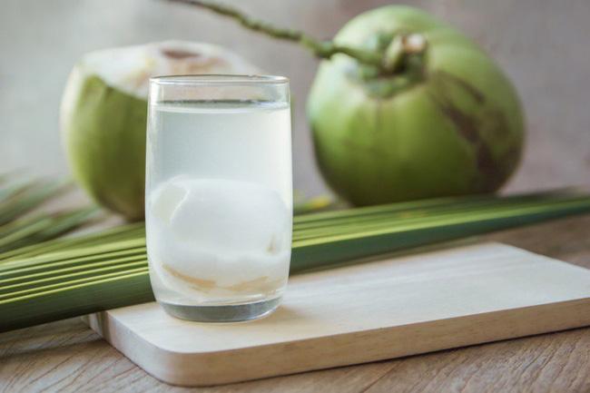 Uống nước dừa sau khi cúng đầu năm để rửa sạch điều không may trong năm cũ