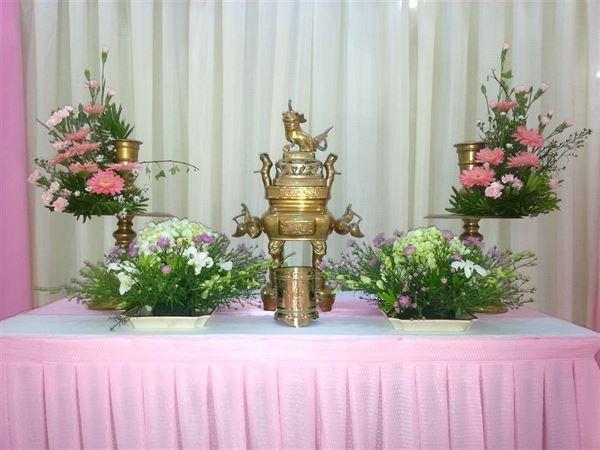 Hoa trang trí bàn thờ nên chọn hoa cát tường, đồng tiền, tú cầu,....