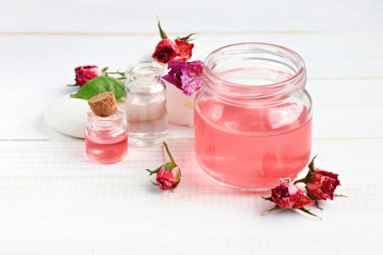 Mẹo làm đẹp da tự nhiên bằng cách tự làm nước hoa hồng.