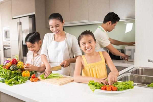 Gia đình quây quần chuẩn bị cơm chay