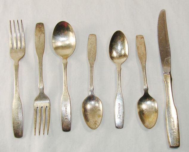 Tại sao những dụng cụ gắp thức ăn thường làm từ kim loại, chất đồng ở đâu ra