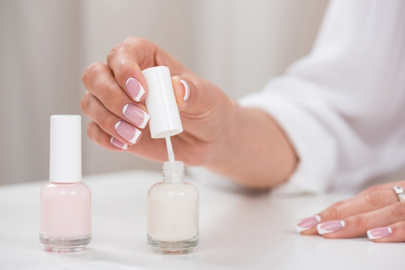 Dùng nhiều dung dịch tẩy, sơn móng sẽ khiến móng tay bị giòn và dễ gãy