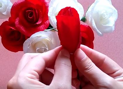 Cách Làm hoa hồng bằng giấy nhún