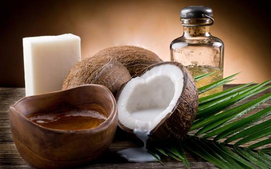 Không chỉ có khả năng kháng viêm, kháng khuẩn, dầu dừa còn có khả năng dưỡng ẩm khá tốt.