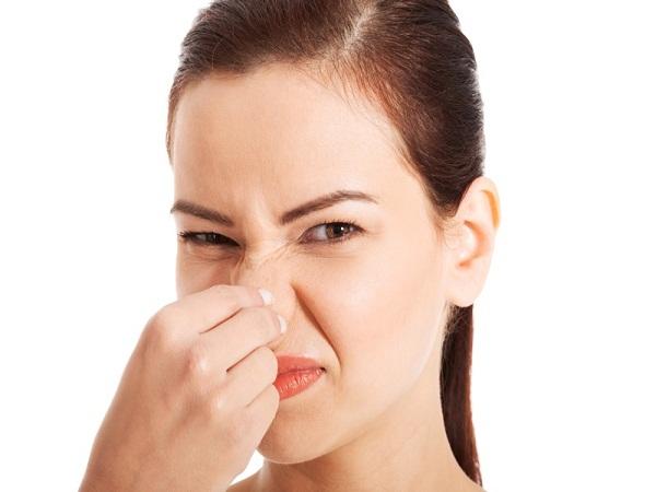 người phụ nữ khó chịu về mùi