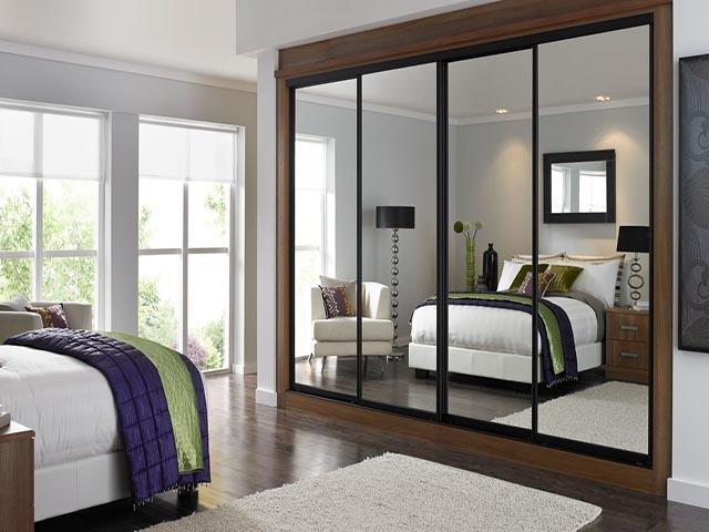 khu vực giường ngủ không nên đặt gươngkính chiếu thẳng vào, vừa khiến người ngủ cảm giác lo âu, thấp thỏm và khí trường bị phản xạ hỗn loạn