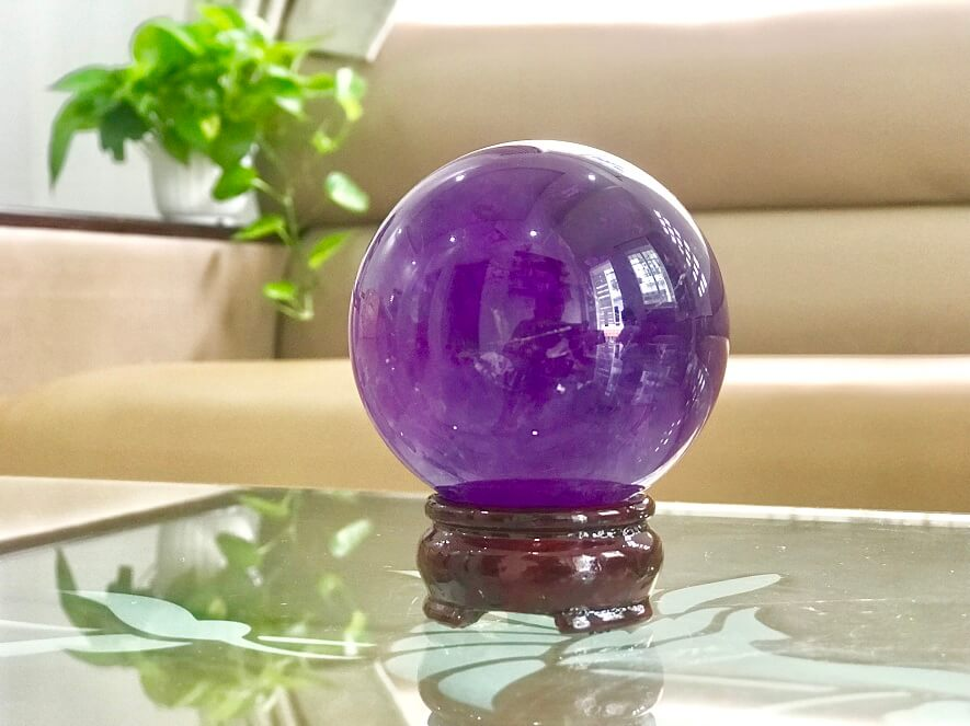 Hãy đặt vật phẩm phong thủy từ đá thạch anh tím trên mặt bàn làm việc để giúp công việc thuận lợi