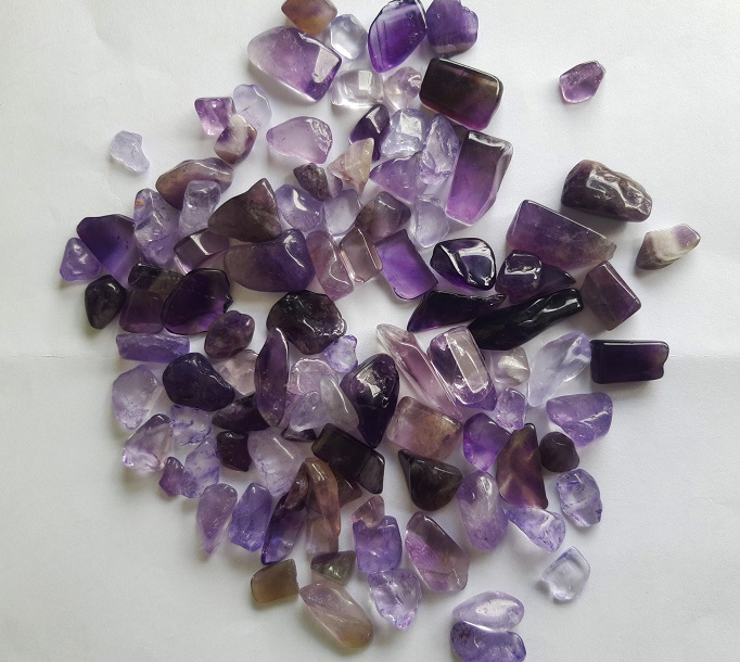 Tinh thể đá là tổng hợp của các màu sắc như màu trắng pha tím, tím pha hồng và tím đậm.